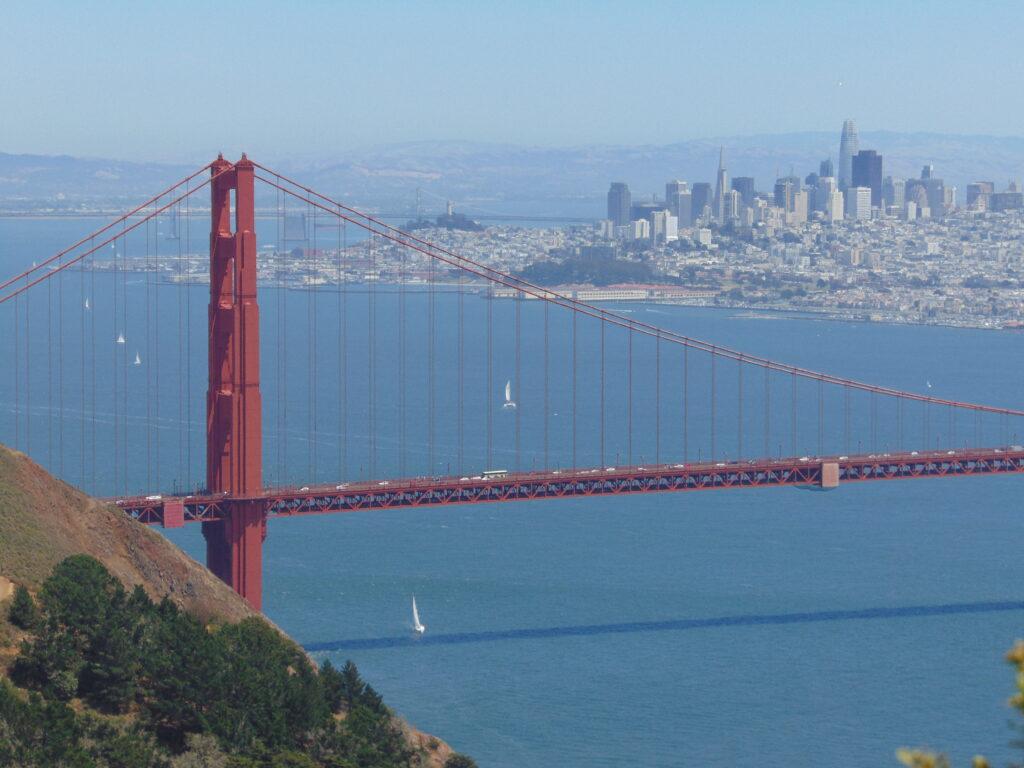 Puente Golden Gate con San Francisco al fondo